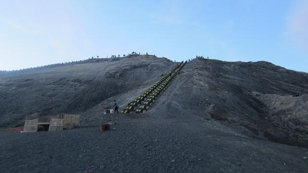 Stufen zum Krater