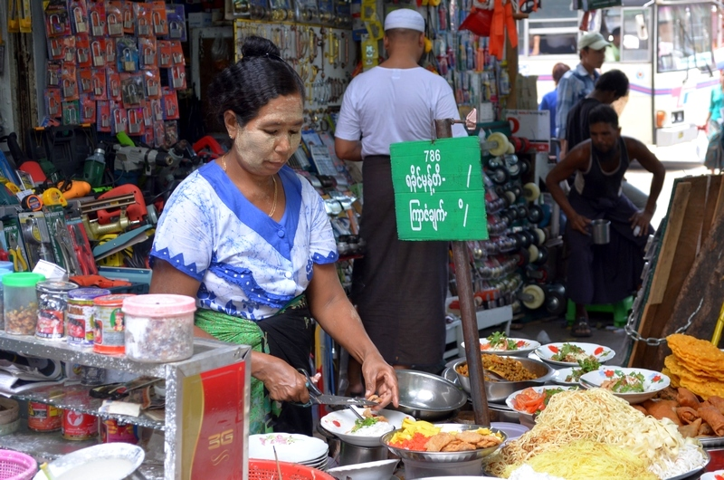 Frau mit Tanaka, Yangon